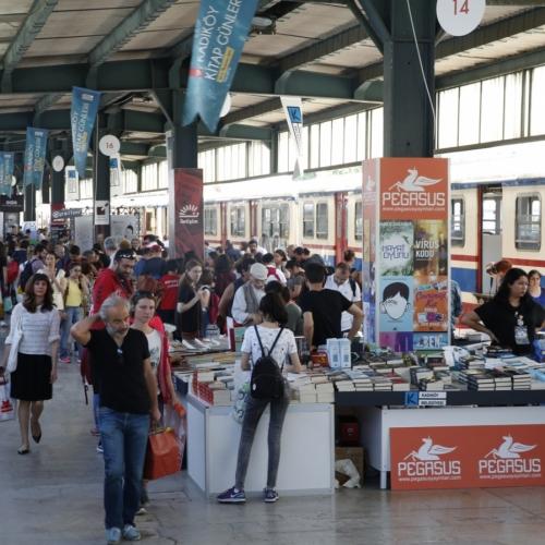 Kadıköy Belediyesi'nin Haydarpaşa Garı'nda düzenlediği 9. Kitap Günleri'ni ilk gün 19 bin kişi ziyaret etti