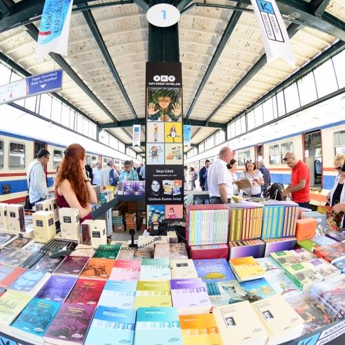 Kadıköy Belediyesi'nin Haydarpaşa Tren Garı'nda düzenlediği Kitap Günleri başladı.