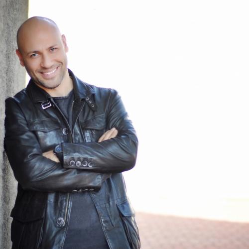 Kahraman Tazeoğlu Yeni Kitabı Aşkla Kal'ı Optimum Ziyaretçileri İçin İmzalıyor