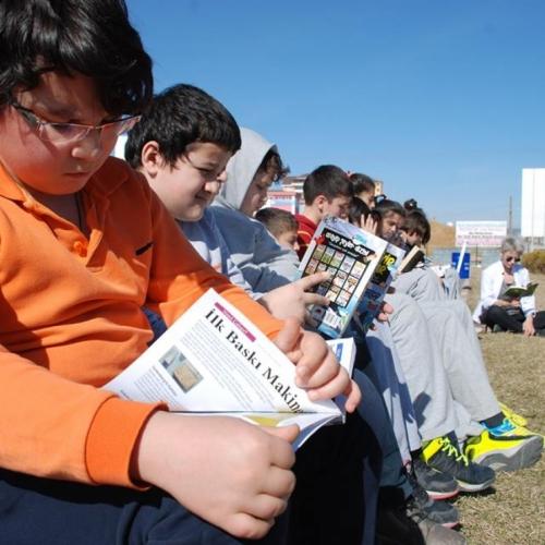 Kitap Okusunlar Diye Açık Havaya Sınıf Kurdu